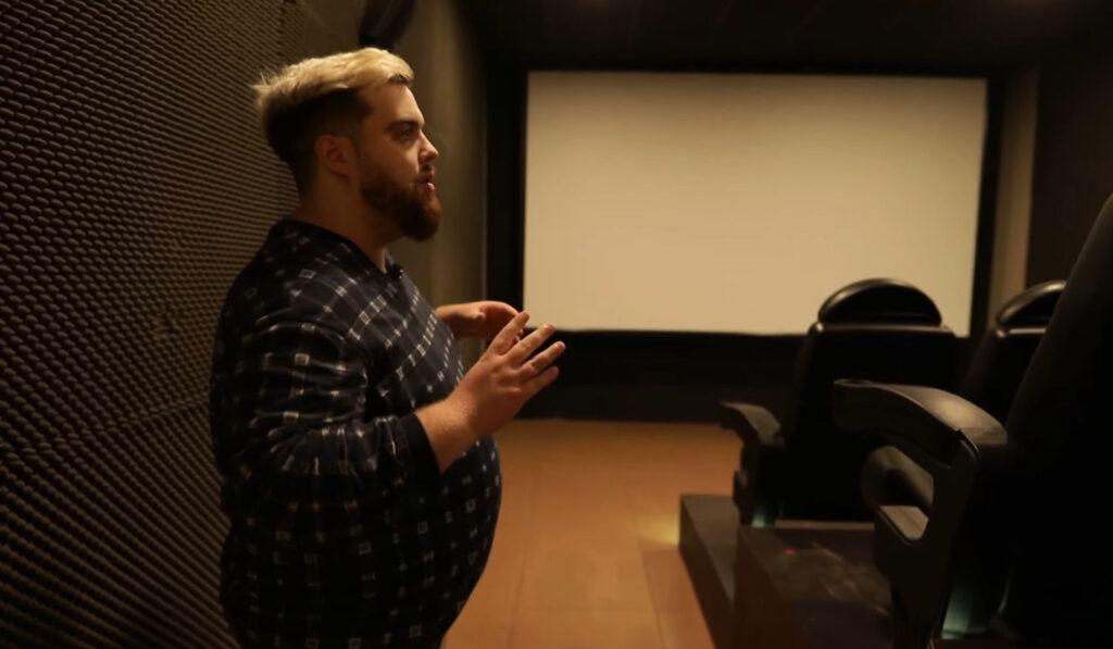 El cine de la nueva mansión de Ibai