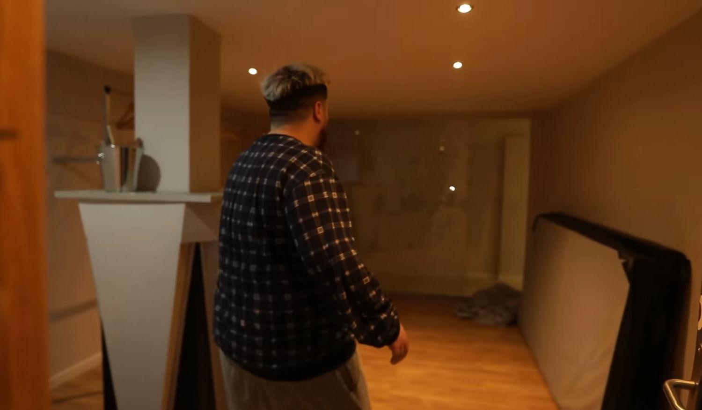 El guardarropa de la discoteca en la nueva mansión de Ibai