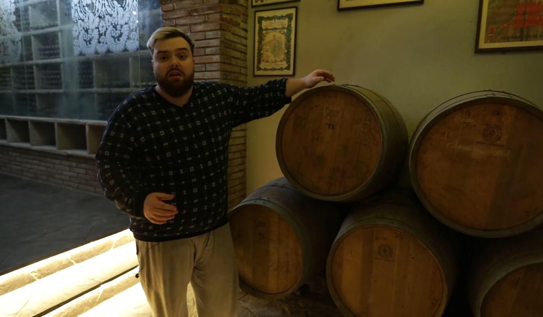 La bodega con barriles de vino de la nueva mansión de Ibai
