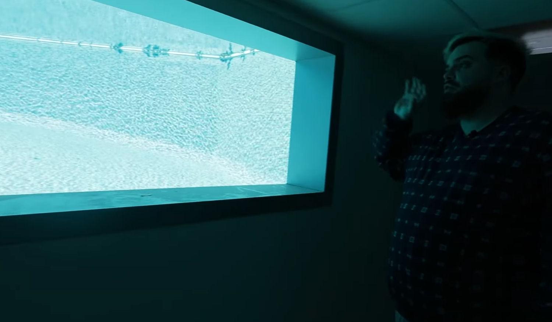 La ventana con vistas al interior de la piscina de la nueva mansión de Ibai