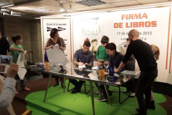 Los libros de youtubers famosos arrasan las firmas de libros provocan colas interminables